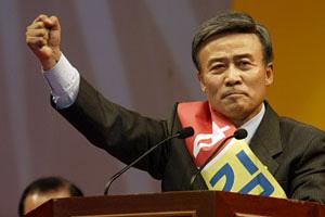 김원웅 현 광복회 회장이 2005년 열린우리당 의원일 때의 모습. /조선일보 DB