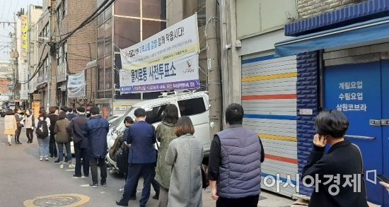 지난 10일 오후 서울 중구 을지로에 있는 한 21대 총선 사전투표소. 수많은 사람들이 소중한 한 표 행사를 위해 길게 줄을 서 있다. 사진=한승곤 기자 hsg@asiae.co.kr