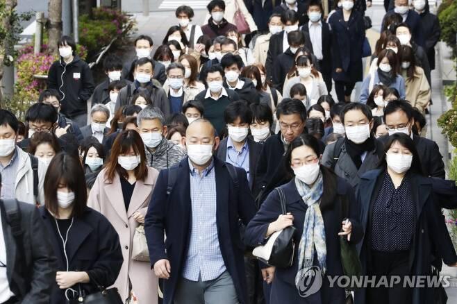 코로나19 마스크 쓴 통근자들로 붐비는 도쿄 거리 (도쿄 교도/AP=연합뉴스) 일본 도쿄의 한 거리에서 지난 17일 마스크를 착용한 통근자들이 이동하고 있다. 아베 신조 일본 총리는 도쿄 등 전국 7개 지자체에 선포했던 긴급사태를 전날 일본 전역으로 확대했다. leekm@yna.co.kr