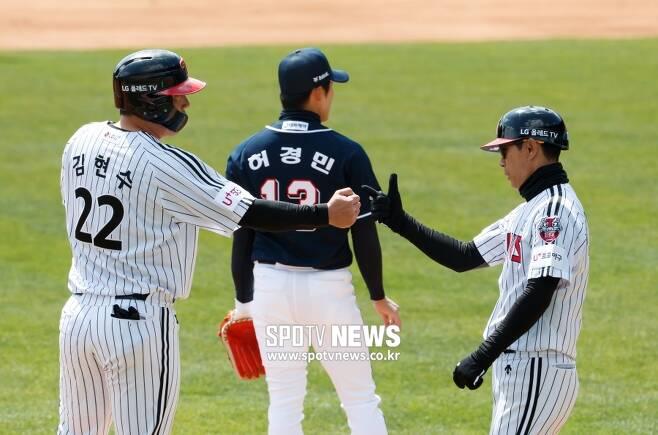 ▲ 김현수(왼쪽) 김재걸 코치가 하이파이브 대신 바위와 가위로 세리머니를 대신하고 있다. ⓒ한희재 기자