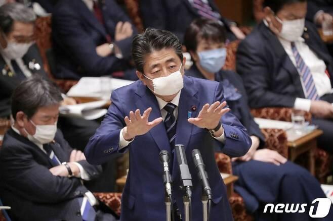 아베 신조 일본 총리가 1일 (현지시간) 코로나19 예방 마스크를 착용하고 도쿄 참의원에 참석해 발언을 하고 있다.  /사진=AFP=뉴스1