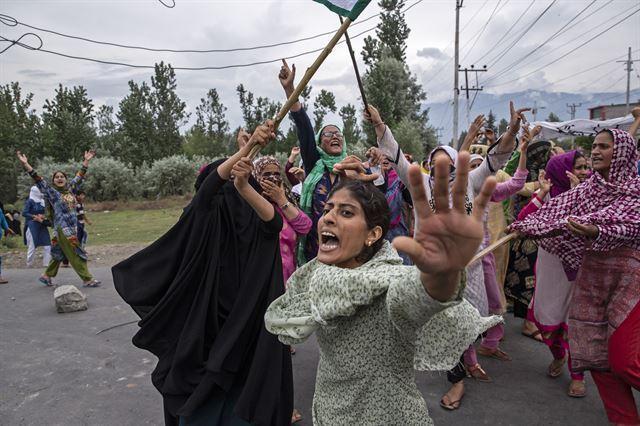 지난해 9월 카슈미르 주민들이 최루탄을 쏘는 경찰을 향해 소리를 지르고 있다. 2020 퓰리처상 피쳐 사진(Feature Photography) 부문 수상작 중 한 장면. AP 연합뉴스