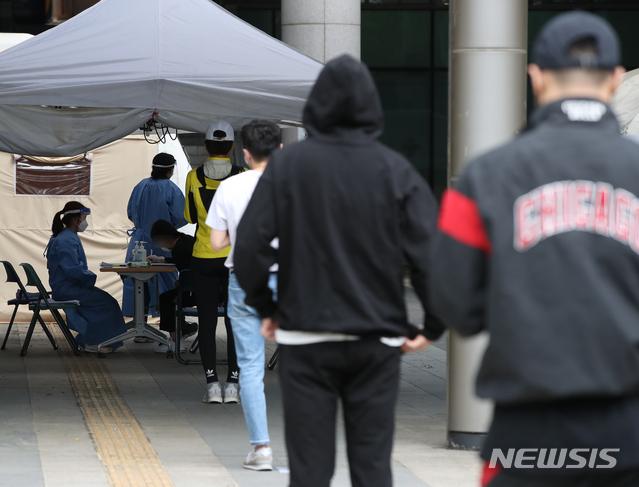 [서울=뉴시스] 조수정 기자 = 이태원 클럽발 신종 코로나 바이러스 감염증(코로나19) 확진환자로부터 시작된 집단 감염이 우려되는 가운데 10일 서울 용산구 보건소 선별진료소에서 시민들이 검사를 받기 위해 2미터 거리두기를 하며 줄서 기다리고 있다. 2020.05.10. chocrystal@newsis.com