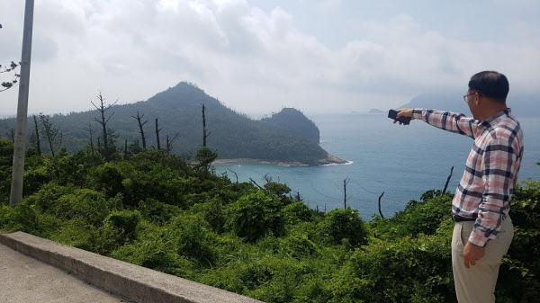전남 신안군 흑산도에서 흑산공항 예정 부지를 한 주민이 손으로 가리키고 있다./조홍복 기자