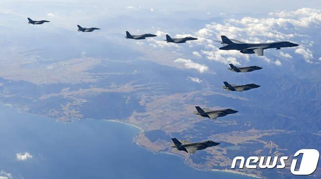 한-미 연합 훈련에서 공군 F-16 2대, F-15K 2대, 미군 B-1B 1대, F-35A 2대, F-35B 2대가 편대를 이루어 비행하고 있다. (공군 항공촬영사 제공) 2017.12.6/뉴스1