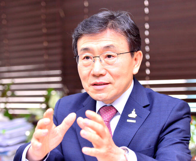 Kwon Deok-cheol, president of the Korea Health Industry Development Institute, speaks to The Korea Herald at his Seoul office on Wednesday. (Park Hyun-koo/The Korea Herald)