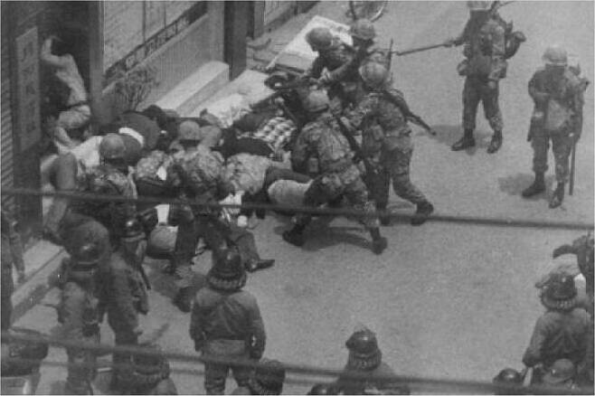 5.18 당시 시민들을 무차별적으로 진압하고 있는 계엄군. (사진=5.18기념재단 제공)