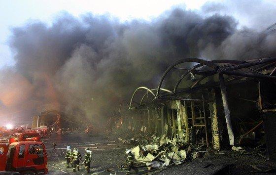 2008년 경기도 이천 냉동창고의 불길이 거의 잡힌 뒤 앙상한 잔해가 드러나고 있다. 이날 밤늦게까지 실종자 수색 작업이 벌어졌으나 40명 모두 숨진 채로 발견됐다. 중앙포토