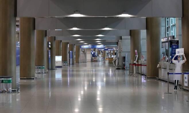 코로나19 여파가 지속되고 있는 지난 10일 인천국제공항 제1터미널 입국장이 한산한 모습을 보이고 있다. /사진=뉴시스