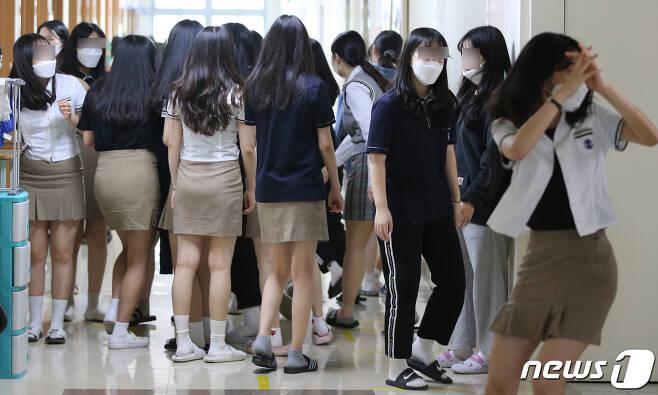 고등학교 3학년 학생들의 등교가 시작된 20일 오후 대전에 위치한 한 고등학교에서 학생들이 점심시간에 친구들과 대화를 하기 위해 모여 있다. 2020.5.20/뉴스1 © News1 김기태 기자