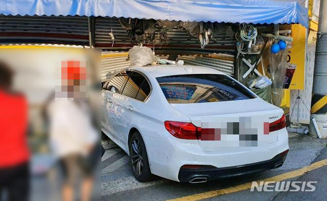 [부산=뉴시스] 음주 운전자가 몰던 승용차가 셔터문이 닫힌 가게로 돌진했다. (사진=부산경찰청 제공)