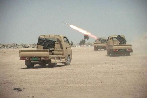 이슬람국가(IS)의 다연장로켓 탑재 테크니컬이 지상 표적을 향해 로켓을 쏘고 있다. 위키피디아
