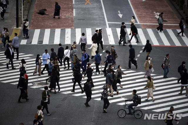 [도쿄=AP/뉴시스]지난 22일 일본 도쿄에서 마스크를 쓴 시민들이 횡단보도를 건너고 있다. 2020.05.25.