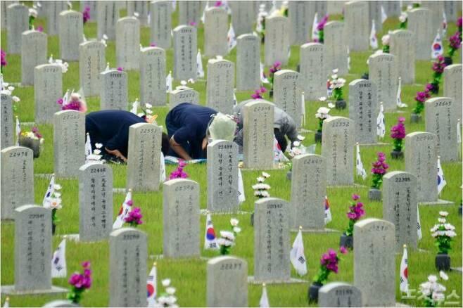 국립서울현충원에서 국가유공자 가족들이 묘역에 참배를하고 있다. (사진=윤창원 기자/자료사진)
