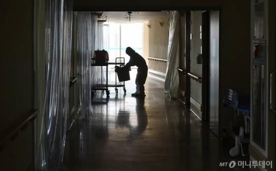 [대구=뉴시스] 이무열 기자 = 대구 북구 근로복지공단 대구병원이 감염병전담병원 지정에서 해제된 28일 오후 병원 의료진들이 코로나19 환자들이 치료받던 병실을 정리하고 있다. 대구병원은 지난 2월부터 병상 200개를 확보해 코로나19 확진자 360여명을 치료했다. 2020.04.28.   lmy@newsis.com