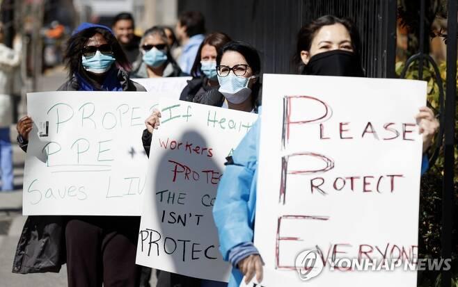지난달 2일(현지시간) 미국 뉴욕주 브롱크스의 한 병원 앞에서 간호사들들이 코로나19 의료장비 부족에 항의하는 시위를 벌이고 있다.[EPA=연합뉴스 자료사진]