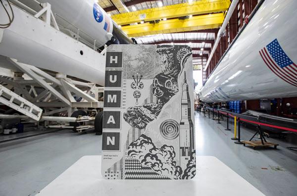 /스페이스X 미국 팝아트 화가 트리스탄 이튼의 작품 'Human Kind' 앞 면. 첫 민간 유인 우주선에 실려 우주로 향했다.