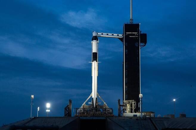 케네디우주센터 39A 발사대에서 대기중인 팰컨9 로켓과 유인 우주선 '크루 드래건'. 스페이스엑스 제공