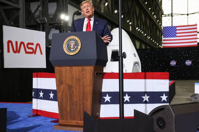 도널드 트럼프 미국 대통령이 30일(현지시간) 플로리다주에 있는 케네디 우주센터를 찾아 유인 우주선 발사 성공 이후 발언을 하고 있다. [로이터]