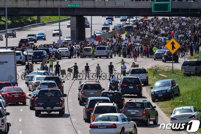 31일(현지시간) 미네소타 주 세인트폴에서 시위대가 행진을 하면서 국도를 막고 있다. © AFP=뉴스1