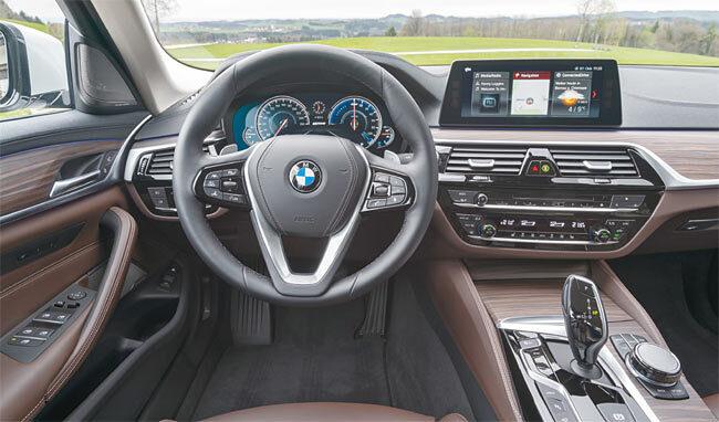 BMW 530e M 스포츠 패키지 앞좌석. 사진 BMW