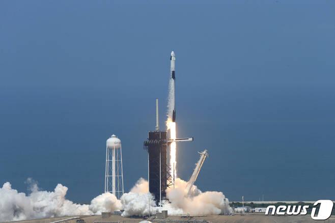 30일(현지시간) 발사 직후 대지를 박차고 이륙하고 있는 스페이스X. © 로이터=뉴스1 © News1 박형기 기자