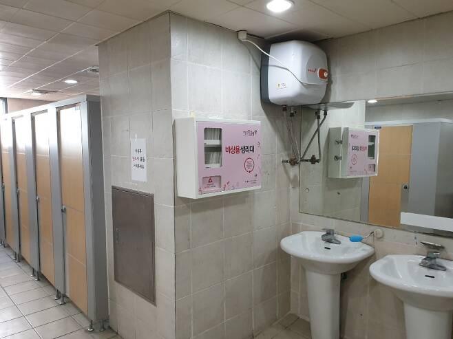 서울 강남구 소재 진선여중에 설치된 생리대 자판기./사진=강남구청