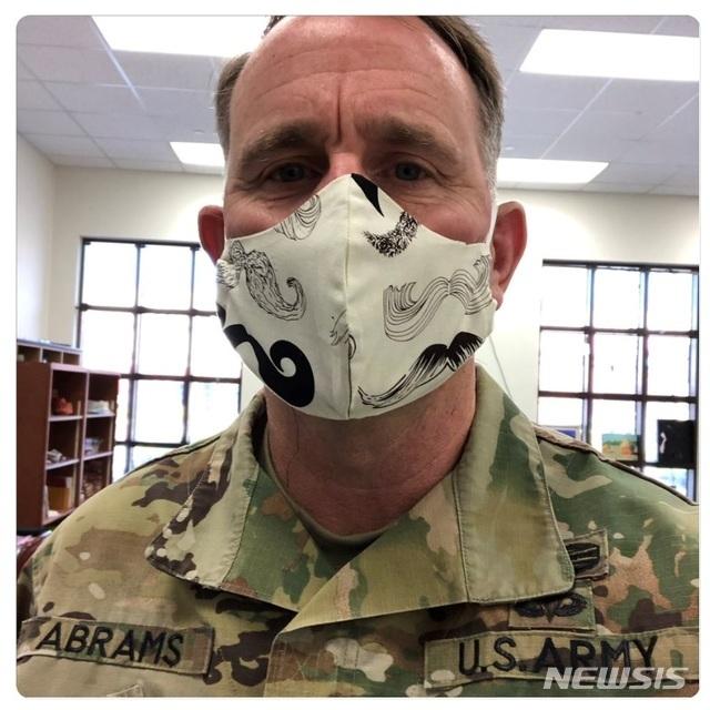[서울=뉴시스] 마스크 낀 주한미군 사령관. 2020.04.10. (사진=로버트 에이브럼스 사령관 트위터 제공)