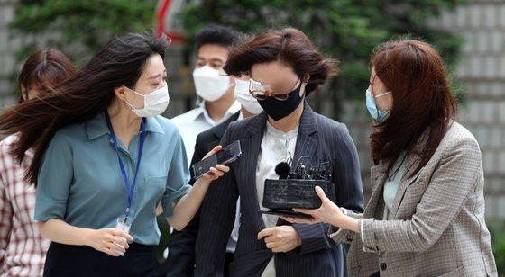 정경심 동양대 교수(가운데)가 4일 서울중앙지방법원에서 열린 재판에 출석하고 있다. [뉴스1]