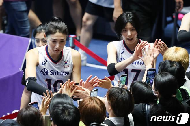 한국 여자배구 대표팀 김연경(왼쪽), 이재영. 2019.8.22/뉴스1 © News1 유승관 기자