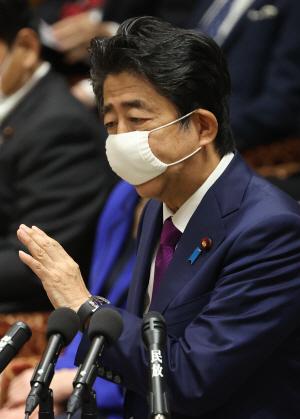 마스크를 쓴 아베 신조 일본 총리가 지난 10일 일본 중의원에서 열린 코로나19 관련 예산 심의에 참석해 설명하고 있다. /AFP연합뉴스