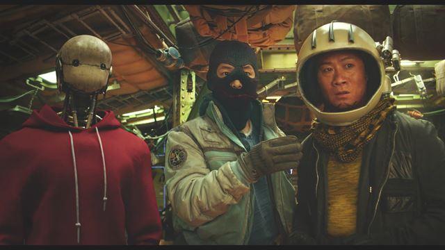 영화 '승리호'는 2092년 우주를 배경으로 한 대작이다. 제작비는 250억원 가량이 들었다. 여름 흥행몰이 기대를 모았으나 코로나19 재확산 여파로 개봉을 연기했다. 메리크리스마스 제공