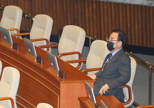 미래통합당 주호영 원내대표가 15일 국회 본회의에 홀로 참석해 앉아있다.    미래통합당은 이날 회의에 불참했다. 연합뉴스