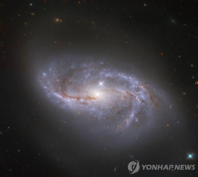 나사 허블 우주망원경에 포착된 소용돌이 은하 소용돌이 은하 NGC 2608. 우리 은하보다 좀 더 작고 늘어진 형태.[EPA=연합뉴스]