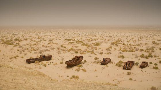 사막화된 아랄해 위에 버려진 배들이 있다. 미 항공우주국(NASA)