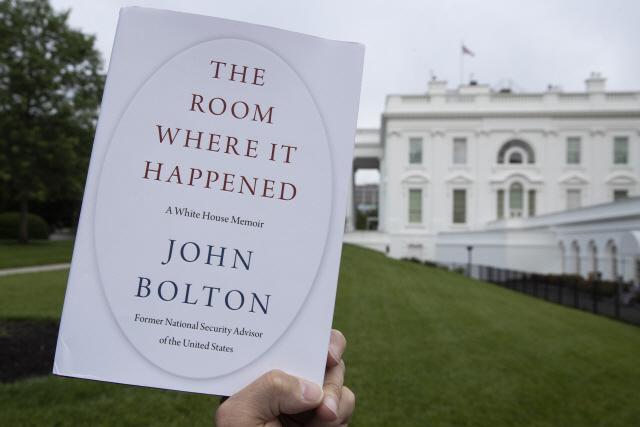 백악관을 배경으로 촬영된 볼턴 회고록 표지 /AP연합뉴스