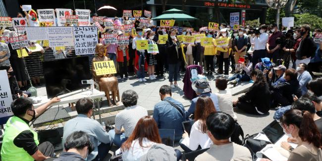 5월 27일 서울 종로구 일본대사관 앞에서 위안부 수요집회가 열리고 있다. 집회에 참여한 대다수가 특정 언론의 폐간을 주장하는 손피켓을 들고 있다. [전영한 동아일보 기자]