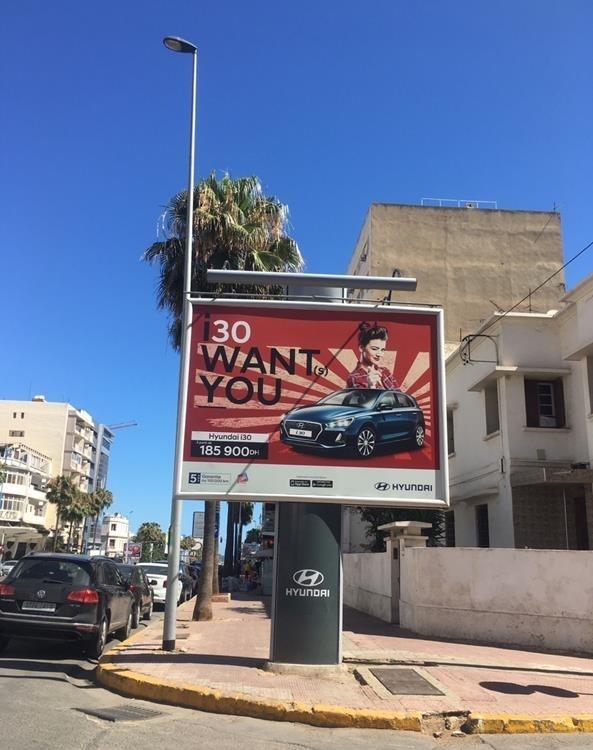 북아프리카 모로코의 현대자동차 광고판 (카이로=연합뉴스) 북아프리카 모로코의 경제 중심지 카사블랑카의 거리에 세워진 현대자동차 광고판. 모로코 내 한국 교민들은 이 광고판이 일본 군국주의 상징인 '욱일기'를 연상시킨다고 지적했다. 2020.6.22. [모로코 카사블랑카 교민제공, 재판매 및 DB 금지]      photo@yna.co.kr