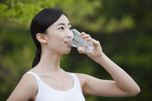 물이 아닌 음식으로도 수분을 섭취할 수 있어 '하루 물 2ℓ 먹기'에 집착할 필요는 없다(사진=클립아트코리아).