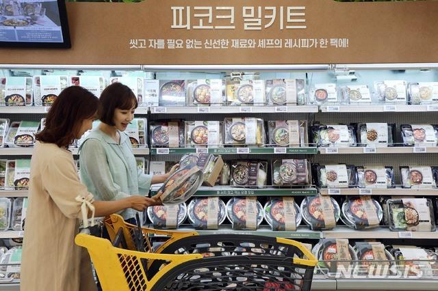 [서울=뉴시스]서울 이마트 성수점에서 모델들이 피코크 밀키트를 선보이고 있다. (사진=이마트 제공) 2020.06.18. photo@newsis.com