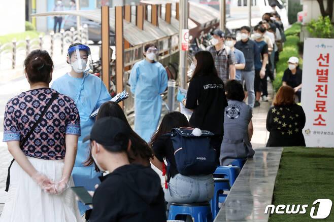 5일 오후 서울 관악구 보건소에서 의료진들이 신종 코로나바이러스 감염증(코로나19) 의심 증상으로 보건소를 찾은 시민들을 돌보고 있다. 2020.6.5/뉴스1 © News1 민경석 기자