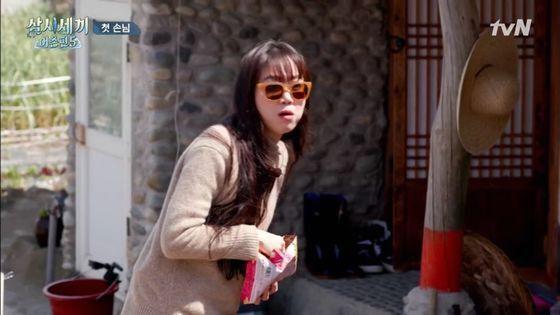 tvN 예능 '삼시세끼 어촌편5'에 출연한 공효진도 맑은 렌즈의 틴트 선글라스를 썼다. 사진 삼시세끼 어촌편5 영상 캡처