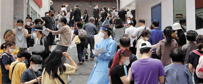 왕성교회發 확진자 17명… 신도 1700명 검사 - 26일 서울 관악구 왕성교회에 마련된 임시 선별진료소에서 교인들이 검사받기 위해 줄지어 서 있다. 교인 수가 1700여명에 이르는 대형교회인 이곳에서는 지난 24일 30대 여성 교인이 처음 확진된 후 17명이 확진 판정을 받았다. 확진자 중에는 서대문구 이대부고 교사와 종로구 포시즌스호텔 직원 등이 포함돼 있어 추가적인 감염 가능성도 나오고 있다. /연합뉴스