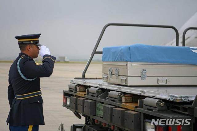 [서울=뉴시스] 유엔사는 6월26일 오산 공군기지에서 유엔 전사자 유해 6구의 유해 송환식을 진행했다. 2020.06.27. (사진=유엔사 제공)