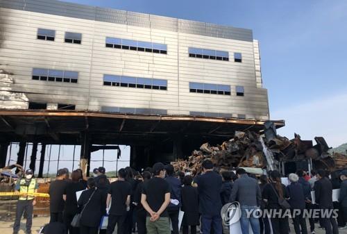 화재 현장에서 묵념하는 가족들 [연합뉴스 자료사진]