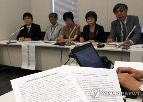 일본 학술단체인 역사학연구회 관계자 등이 2015년 5월 25일 오후 일본 도쿄도(東京都) 지요다(千代田)구 중의원 제2의원회관에서 일본군 위안부 문제의 왜곡 중단을 촉구하는 기자회견을 하고 있다. [연합뉴스 자료사진]