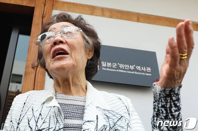 일본군 '위안부' 피해자 이용수 할머니가 6일 오전 대구 중구 서문로 희움 일본군 위안부 역사관에서 열린 '대구·경북 일본군 위안부 피해자 추모의 날' 행사를 마친 뒤 취재진과 만나 이야기 나누고 있다. /사진=뉴스1