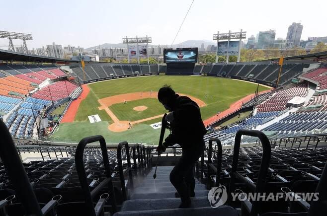 잠실야구장 방역 작업 모습 [연합뉴스 자료사진]