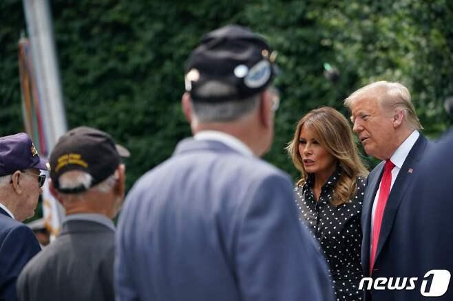 도널드 트럼프 미국 대통령이 마스크를 쓰지 않고 노령의 한국전쟁 참전용사와 얘기를 하고 있다.© AFP=뉴스1 © News1