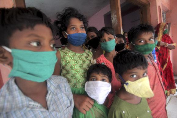 대피소의 인도 아이들-AP 연합뉴스